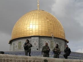 Integrantes de forças de segurança israelenses fazem ronda perto do domo da mesquita Al-Aqsa, em Jerusalém (Foto: AFP Photo/Ahmad Gharabli)
