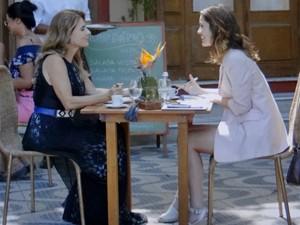 Laura se encontra com Kitty e pressiona (Foto: TV Globo)