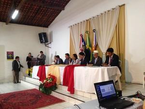 Comissão de deputados em reunião com a comunidade (Foto: Clarissa Carramilo/G1)