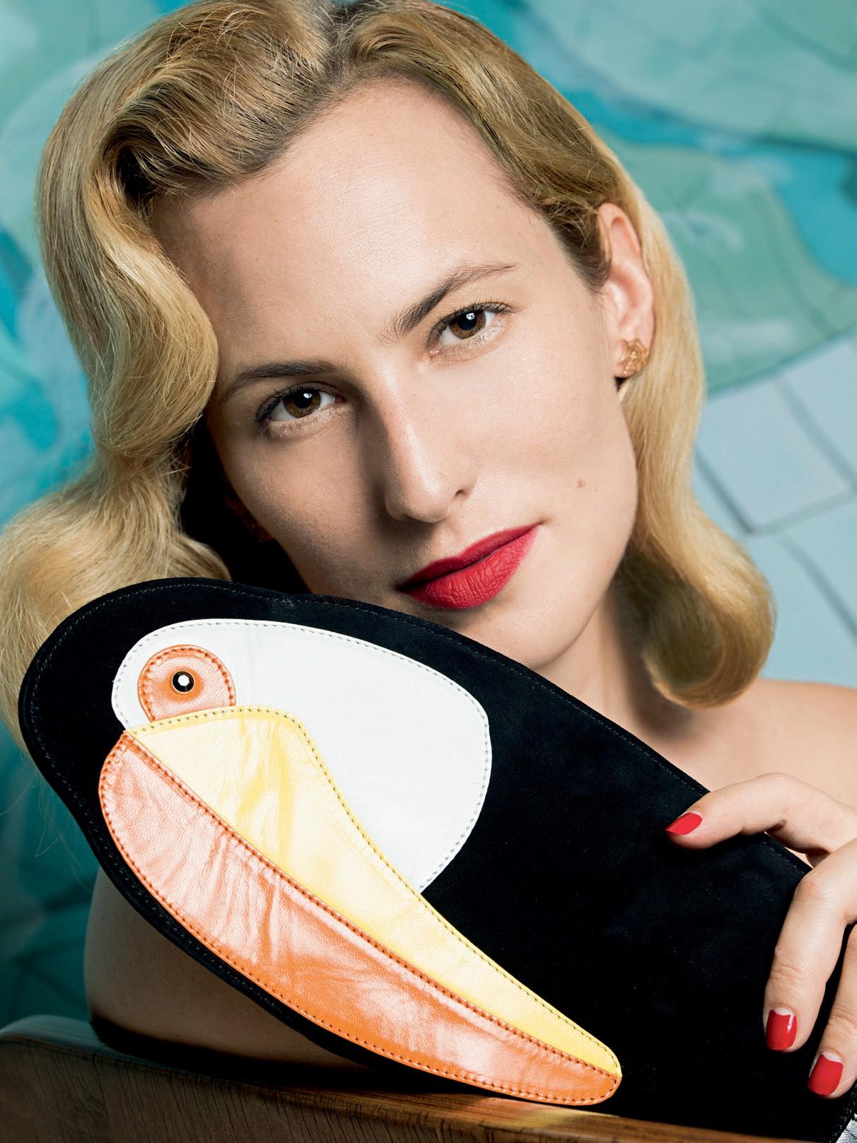 A designer com clutch de sua marca (Foto: Vicente De Paulo)
