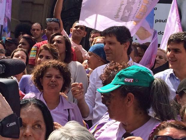 O prefeito de São Paulo e candidato à reeleição pelo PT, Fernando Haddad, durante caminhada com grupo de mulheres no Centro de SP (Foto: Renato Biazzi/TV Globo)