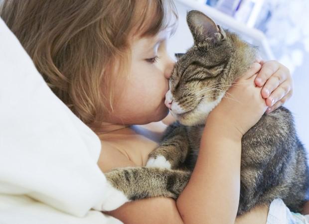 Menina com gato (Foto: Thinkstock)