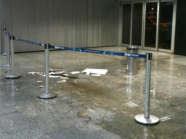 Parte de teto que caiu no Aeroporto Tom Jobim, no Rio (Foto: Thais Latorraca/VC no G1)