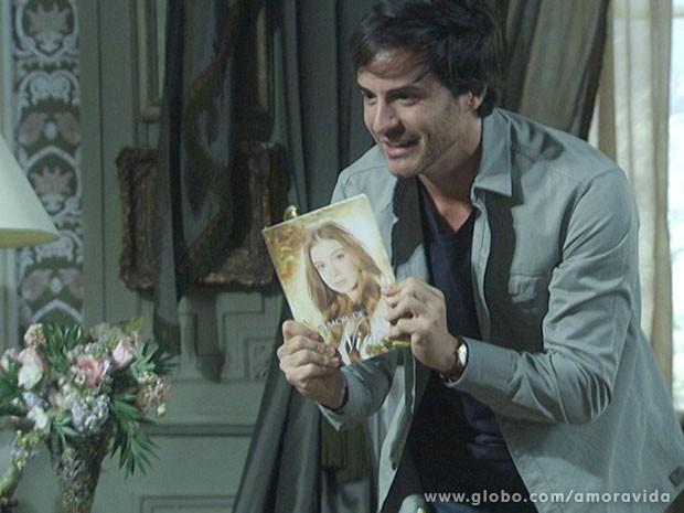 Thales fica todo alegre com os primeiros exemplares do livro (Foto: Amor à Vida/TV Globo)