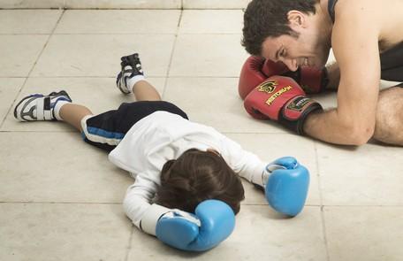 Eriberto Leão e João brincam de lutar boxe Leo Martins