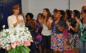 Júlia Lemmertz ganha festa surpresa dos colegas de Araguaia