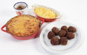 Arroz com cenoura, creminho de feijão e bolinho de carne