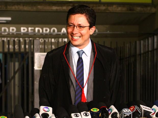24.nov.2012 - O promotor Henry Wagner fala à imprensa após condenação de Macarrão e Fernanda Castro e sorri (Foto: Maurício Vieira/G1)