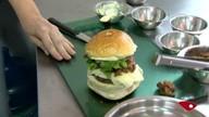 Raspando a panela: aprenda a fazer hambúrguer recheado com rabada desfiada