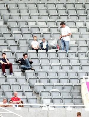 Arquibancada vazia no jogo de futebol masculino entre Japão e Marrocos (Foto: Agência AFP)