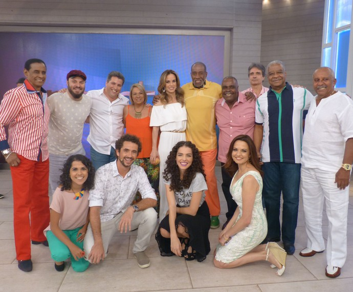 Apresentadores posam com convidados do Encontro (Foto: Ana Puñal/Gshow)