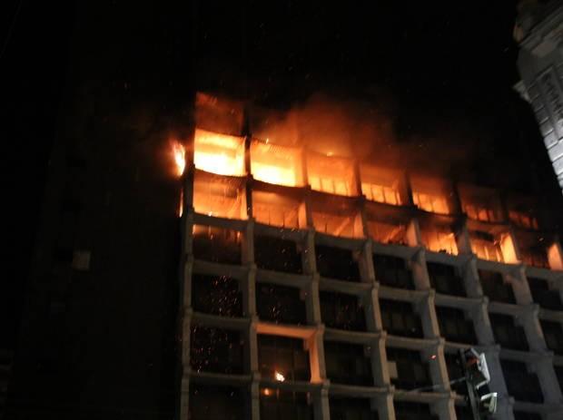 Incêndio de grandes proporções atingiu o prédio da Receita Federal, em Belém (Foto: Christian Emanoel/TV Liberal)