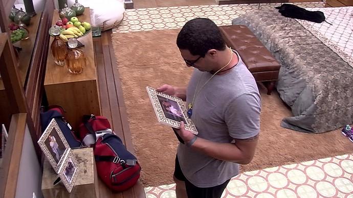 Daniel com porta-retrato com foto da filha (Foto: TV Globo)
