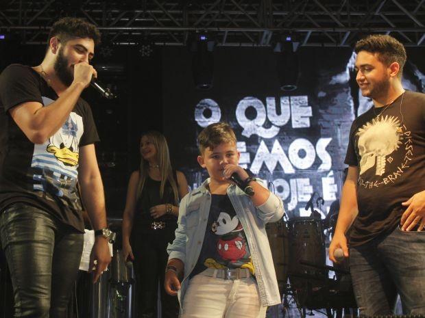 Cantor mirim subiu ao palco com Henrique e Juliano (Foto: Fael Pinoti / Divulgação)