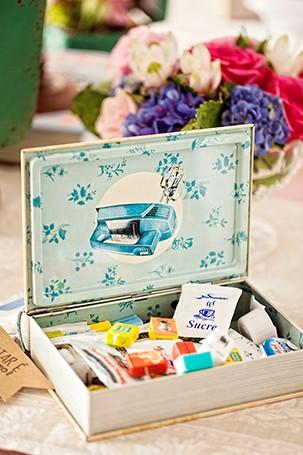 A caixinha de recordações guarda uma coleção de saquinhos de açúcar, coletados durante as viagens de Isa. A maioria é francesa (Foto: Elisa Correa/ Editora Globo)