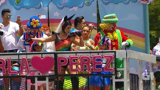Com pernas de fora, Carla Perez acompanha marido e faz selfie no trio