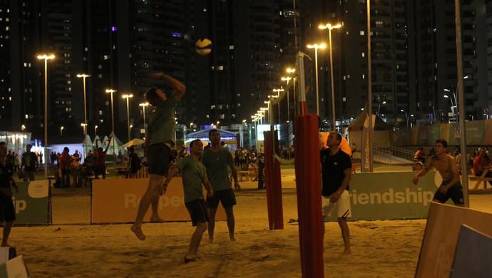 Jogadores do hipismo jogam vôlei de praia na Vila  (Foto: Diego Guichard)