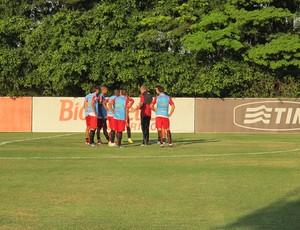 Autuori conversa com jogadores titulares no treino desta quinta (Foto: Carlos Augusto Ferrari)