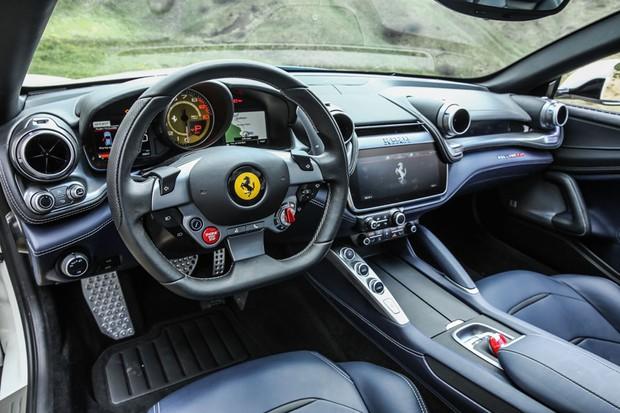 Formas orgânicas e muito luxo dão o tom do interior da Ferrari GTC4Lusso (Foto: Divulgação)