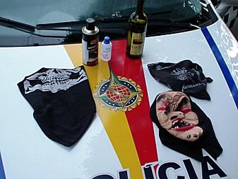 Policiais do 2° Batalhão da PM em Taguatinga afirmam que máscaras e uma garrafa de bebida alcólica estavam com menores de idade. (Foto: Ricardo Moreira / G1)