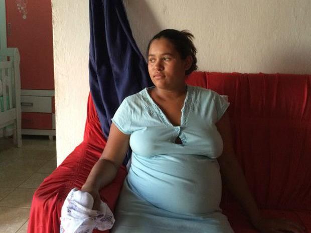 'Eu vi na TV que as cabeças eram menores, né. Não sei se porque é a minha, mas acho que a dela é maior', diz Thamires Santos  (Foto: BBC BRASIL/Camilla Costa)