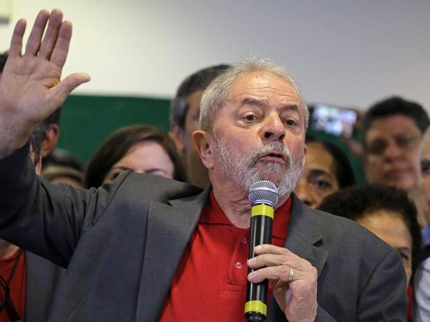 O ex-presidente Luiz Inácio Lula da Silva concede entrevista coletiva sobre a denúncia do Ministério Público Federal contra ele e sua esposa Marisa Letícia por crimes de corrupção, em um hotel no centro de São Paulo (Foto: Nelson Antoine/Frame/Estadão Conteúdo)