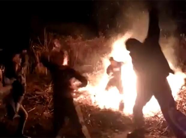 Homem caiu em fogueira durante 'harlem shake' e foi resgatado rapidamente por colega (Foto: Reprodução/YouTube/torpusch)