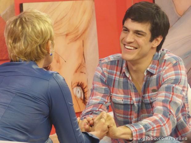 Mateus Solano em um super papo com a apresentadora (Foto: TV Xuxa / TV Globo)