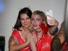 Fernanda Souza faz selfies e assiste Thiaguinho em camarote da Sapucaí