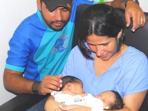 Casal da Bahia com os filhos siameses, em Goiânia (Foto: Rodrigo Cabral/Secretaria de Saúde de Goiás)