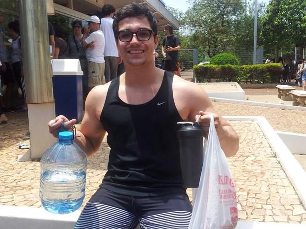 ENEM 2015 - DOMINGO (25) - RIBEIRÃO PRETO (SP) -  O estudante Victor Granzoto Rodrigues calculou calorias necessárias para bom desempenho do cérebro durante o Enem (Foto: Adriano Oliveira/G1)