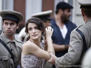 Amélia também é levada presa para a delegacia (Foto: Joia Rara/ TV Globo)