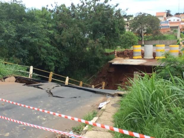 Ponte do Jardim Ternura cai após forte chuva em Tatuí (Foto: Vander Maques Junior/TV TEM)