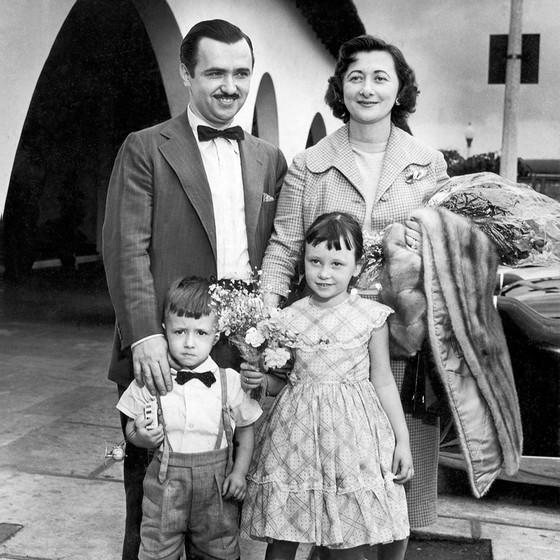 Jules com a mulher, Zilda, e os dois filhos, Daniel e Débora, na década de 1950 (Foto: Reprodução)
