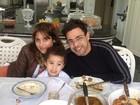 Após rumores de desavença, Zezé Di Camargo almoça com filha e neto