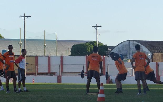 Ronald Braga acompanha de perto o trabalho físico no CRB (Foto: Denison Roma / Globoesporte.com)