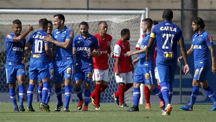 Cruzeiro vence o Brasília, em jogo-treino, no Sesc-Venda Nova (Foto: Washington Alves/Light Press)