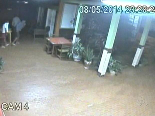 Câmeras de segurança flagraram ação dos ladrões em roubo de televisão numa escola de Rio Branco (Foto: Reprodução/TV Acre)