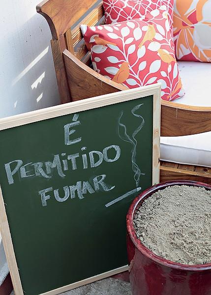 Sem constrangimentos: a lousa indica o espaço para fumantes  (Foto: Foto Rogério Voltan/Editora Globo | Realização Cláudia Pixu | Produção Luana Prade)