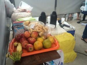 Mulheres tem comida, bebida e carregadores de celular (Foto: Naiara Arpini/ G1)