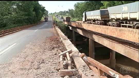 Motorista morre após caminhão cair de ponte na BR-364, em Jataí