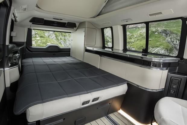 Totalmente estendida, a cama quase toca nos bancos dianteiros da Classe V (Foto: Divulgação)