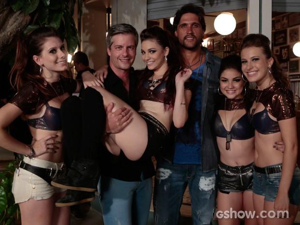 Victor & Léo e o grupo de funk Mika e as Miquetes (Foto: Felipe Monteiro / TV Globo)