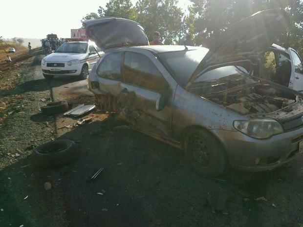 Carros ficaram destruídos em acidente em Pimenta (Foto: Polícia Militar Rodoviária/Divulgação)