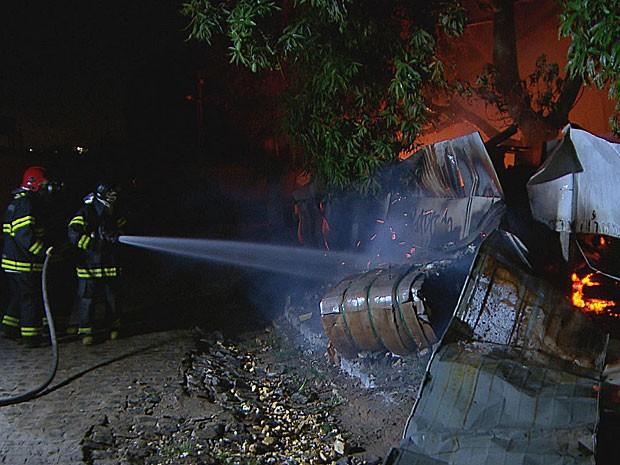 Incêndio atinge depósito de lixo reciclável em Abreu e Lima, PE (Foto: Reprodução / TV Globo)