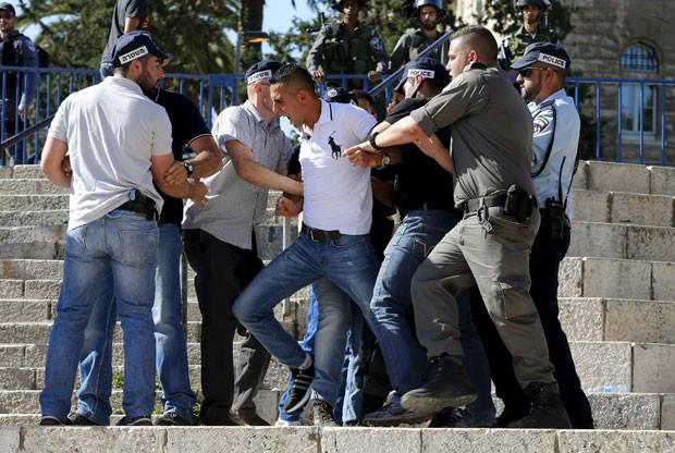 Policiais israelenses seguram manifestante palestino durante protesto próximo ao Portão de Damasco, um dos portais da Cidade Antiga de Jerusalém  (Foto: Ammar Awad/Reuters)