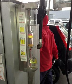 densímetro na bomba do posto de gasolina (Foto: Denis Marum/G1)