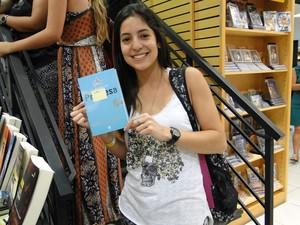 Leitora Isadora Lobo na fila para ganhar autógrafo no livro O casamento da Princesa (Foto: Thaís Leocádio/G1)