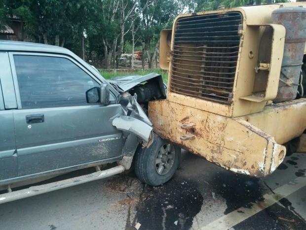 Três ocupantes da caminhonete ficaram feridos após a colisão (Foto: Jack Moraes/24horas Notícias)