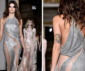 Sem calcinha, Isabelli Fontana e Kate Hudson roubam a cena no desfile da Versace em Paris